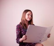 Retrato de una colegiala con la carpeta Foto de archivo libre de regalías