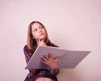 Retrato de una colegiala con la carpeta Fotos de archivo libres de regalías