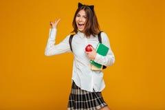 Retrato de una colegiala feliz que sostiene los libros Fotos de archivo libres de regalías