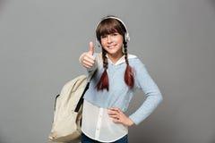 Retrato de una colegiala joven alegre con la mochila Imágenes de archivo libres de regalías
