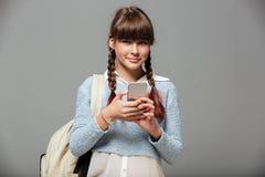 Retrato de una colegiala sonriente preciosa con la mochila Fotografía de archivo libre de regalías