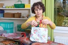 Retrato de una costurera en su taller Fotos de archivo