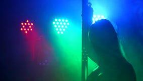 Retrato de una danza atractiva del polo del bailarín en la oscuridad almacen de video