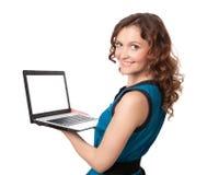 Retrato de una empresaria bastante joven que sostiene un ordenador portátil Foto de archivo libre de regalías