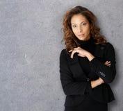 Retrato de una empresaria en gris Fotos de archivo libres de regalías