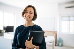 Retrato de una empresaria en oficina fotografía de archivo libre de regalías