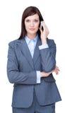 Retrato de una empresaria joven en el teléfono Fotos de archivo