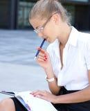 Retrato de una empresaria joven que trabaja al aire libre Fotos de archivo