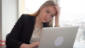 Retrato de una empresaria pensativa hermosa que mira lejos almacen de video