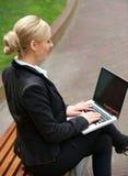 Retrato de una empresaria que trabaja en el ordenador portátil al aire libre Foto de archivo