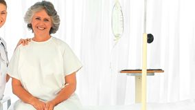 Retrato de una enfermera y de su paciente almacen de metraje de vídeo
