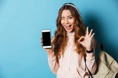 Retrato de una estudiante alegre feliz con la mochila Fotos de archivo libres de regalías