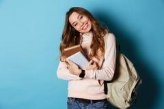Retrato de una estudiante amistosa sonriente con la mochila Fotos de archivo libres de regalías
