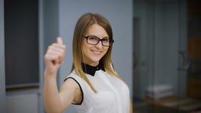 Retrato de una estudiante atractiva Ella es sonriente y de mirada de la cámara almacen de video