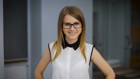 Retrato de una estudiante atractiva Ella es sonriente y de mirada de la cámara metrajes