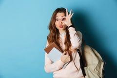 Retrato de una estudiante divertida alegre con la mochila Fotografía de archivo