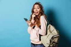 Retrato de una estudiante feliz preciosa con la mochila Fotos de archivo libres de regalías