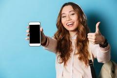 Retrato de una estudiante sonriente alegre con la mochila Foto de archivo