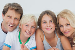 Retrato de una familia alegre imagenes de archivo