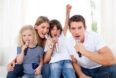 Retrato de una familia animada que canta Foto de archivo libre de regalías