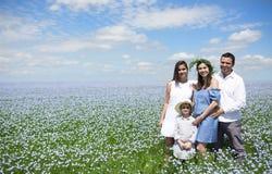 Retrato de una familia embarazada joven en el campo de lino Imagen de archivo libre de regalías