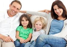 Retrato de una familia en el sofá Fotos de archivo