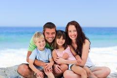 Retrato de una familia en la playa fotos de archivo libres de regalías