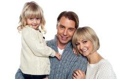 Retrato de una familia feliz dentro imágenes de archivo libres de regalías