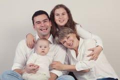 Retrato de una familia feliz, estudio Fotos de archivo