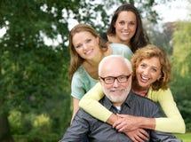 Retrato de una familia feliz que sonríe y que se divierte al aire libre Fotos de archivo libres de regalías