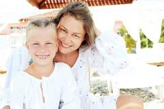Retrato de una familia feliz vacationing por el mar Fotos de archivo libres de regalías