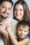 Retrato de una familia joven Imágenes de archivo libres de regalías