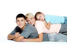 Retrato de una familia joven feliz Foto de archivo