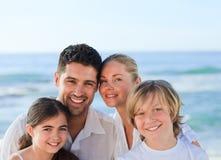Retrato de una familia linda en la playa Fotos de archivo