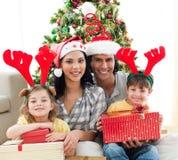 Retrato de una familia sonriente en el tiempo de la Navidad Fotografía de archivo libre de regalías
