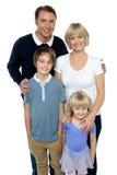 Retrato de una familia, tiro del estudio imagen de archivo libre de regalías