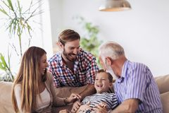 Retrato de una familia de tres generaciones que pasa el tiempo junto imagen de archivo
