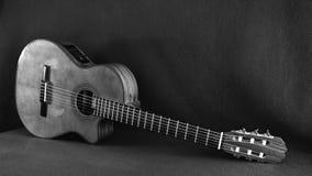Retrato de una guitarra acústica hermosa que miente en el piso en la posición diagonal imagen de archivo libre de regalías
