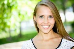 Retrato de una hembra joven atractiva fotografía de archivo libre de regalías