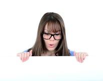 Retrato de una hembra joven con con el tablero blanco en blanco Fotos de archivo libres de regalías