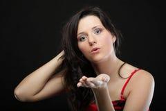 Retrato de una hembra joven linda que sopla un beso hacia Foto de archivo libre de regalías