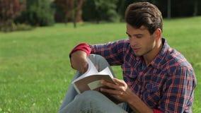 Retrato de una lectura del hombre almacen de video