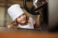Retrato de una máquina alegre hermosa de la asación del café con leche de la muchacha Fotografía de archivo