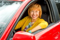 Retrato de una más vieja mujer que conduce un coche Imagen de archivo