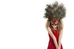 Retrato de una máscara de la pluma del pavo real de la muchacha que lleva feliz sobre el fondo blanco Imagen de archivo