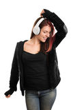 Retrato de una música que escucha ocasional vestida de la chica joven Foto de archivo libre de regalías