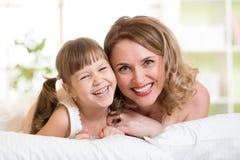 Retrato de una madre alegre y de su mentira de la hija fotografía de archivo libre de regalías