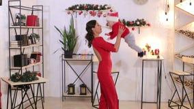 Retrato de una madre con un pequeño bebé recién nacido por días de fiesta de la Navidad en casa almacen de metraje de vídeo