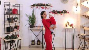 Retrato de una madre con un pequeño bebé recién nacido por días de fiesta de la Navidad en casa almacen de video