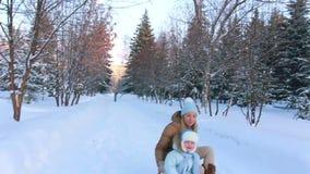 Retrato de una madre joven con su niño en invierno almacen de video